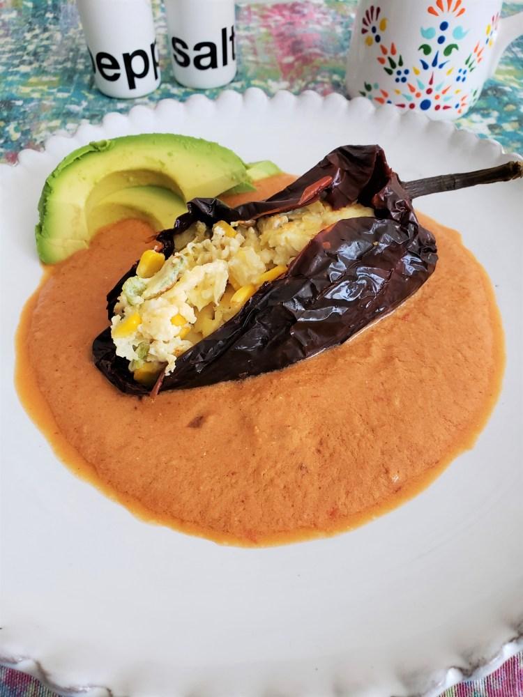 Chile ancho relleno de huevo en salsa de chipotle