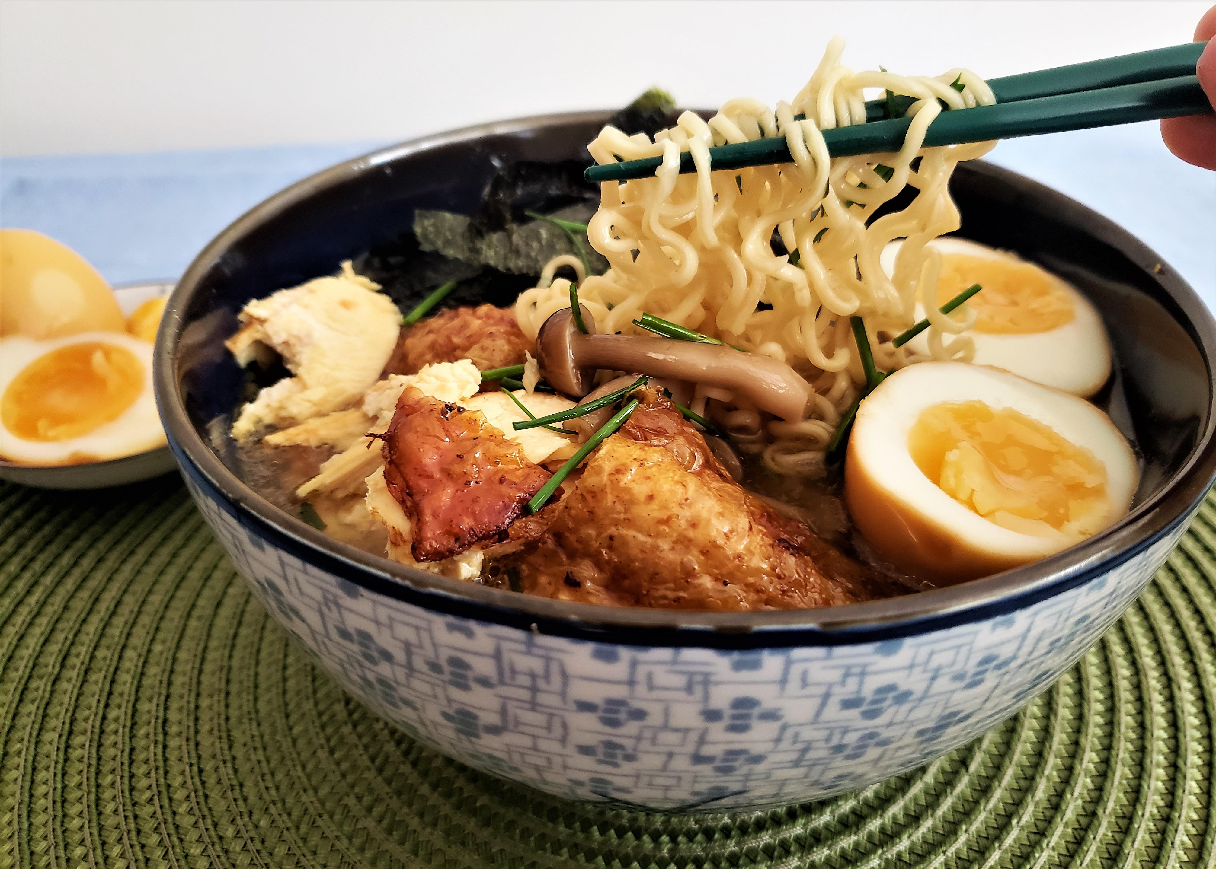 Sopa ramen con pollo y huevos marinados