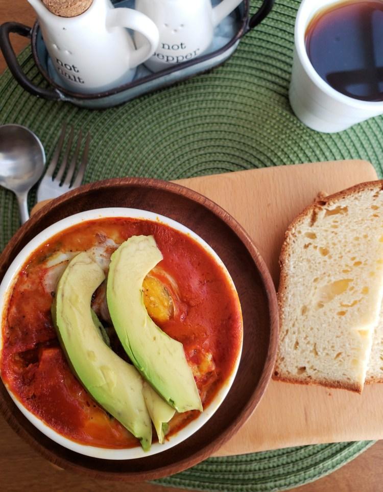 Huevos horneados en salsa de guajillo con espinaca