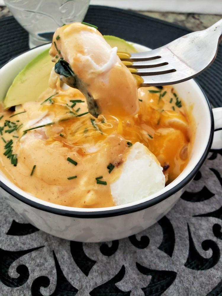 Huevos pochados con holandesa de chipotle