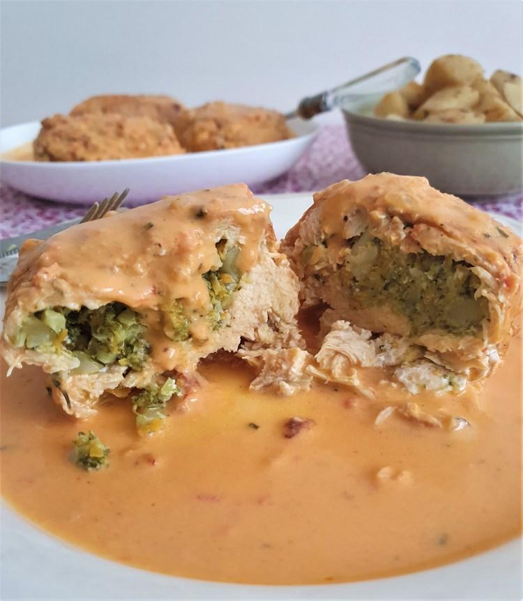 Pollo relleno de brócoli con salsa de parmesano y jitomate