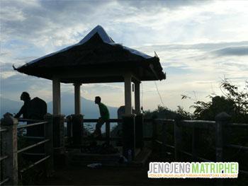 Gardu pandang di Puncak Suroloyo