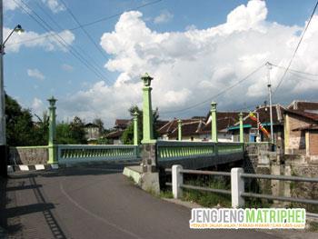 Jembatan yang melintas di atas Kali Kabangan