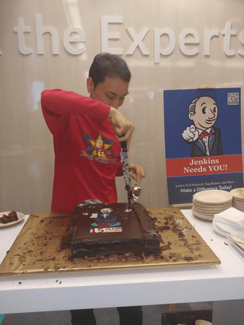 Kohsuke cutting cake