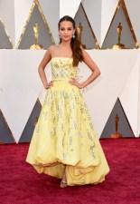 Alicia Vikander maravilhosa vestindo Louis Vuitton.