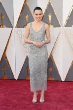 Daisy Ridley vestido por Chanel Haute Couture, sapatos por Christian Louboutin, bolsa por Chanel, jóias por Chanel Fine Jewelry.
