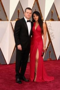 Matt Damon e Luciana Damon, terno por Versace, vestido por Atelier Versace.