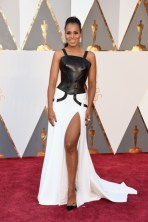 Kerry Washington, vestido por Atelier Versace, jóias por Harry Winston, sapatos por Gianvito Rossi.