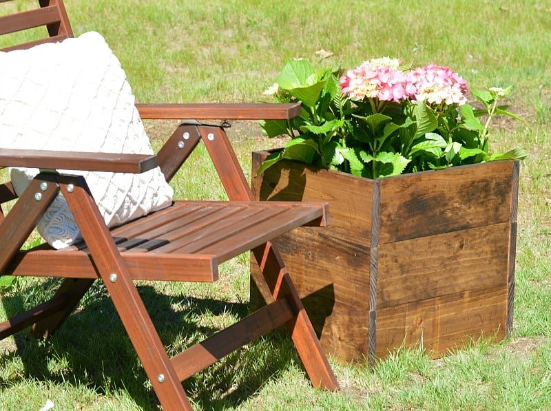 This cute DIY wood planter box took minimal effort to make and only cost ! A great beginner DIY project!