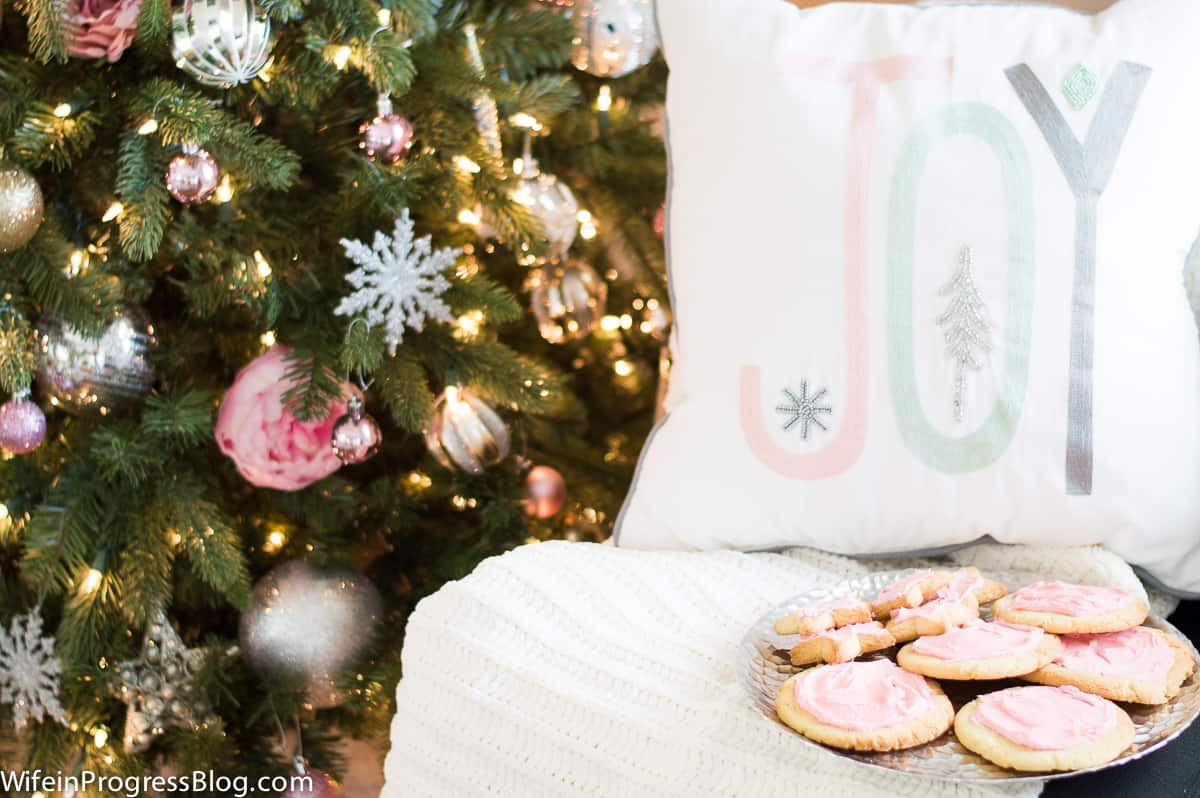 Beautiful pastel pink christmas tree decorations and overall Christmas decor. Very chic!
