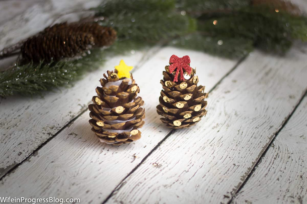 These mini Christmas trees are so cute and would make adorable tree ornaments too! Plus, they are a great craft for the kids this holiday season. So much fun! Must pin!!
