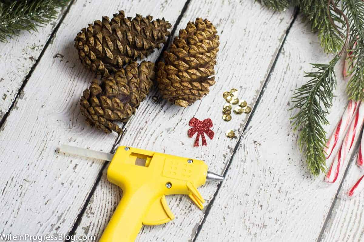 Christmas crafting season is upon us! Check out these fun Mini Christmas Trees made with pinecones. They are a quick and cheap Christmas and holiday craft that everyone will love