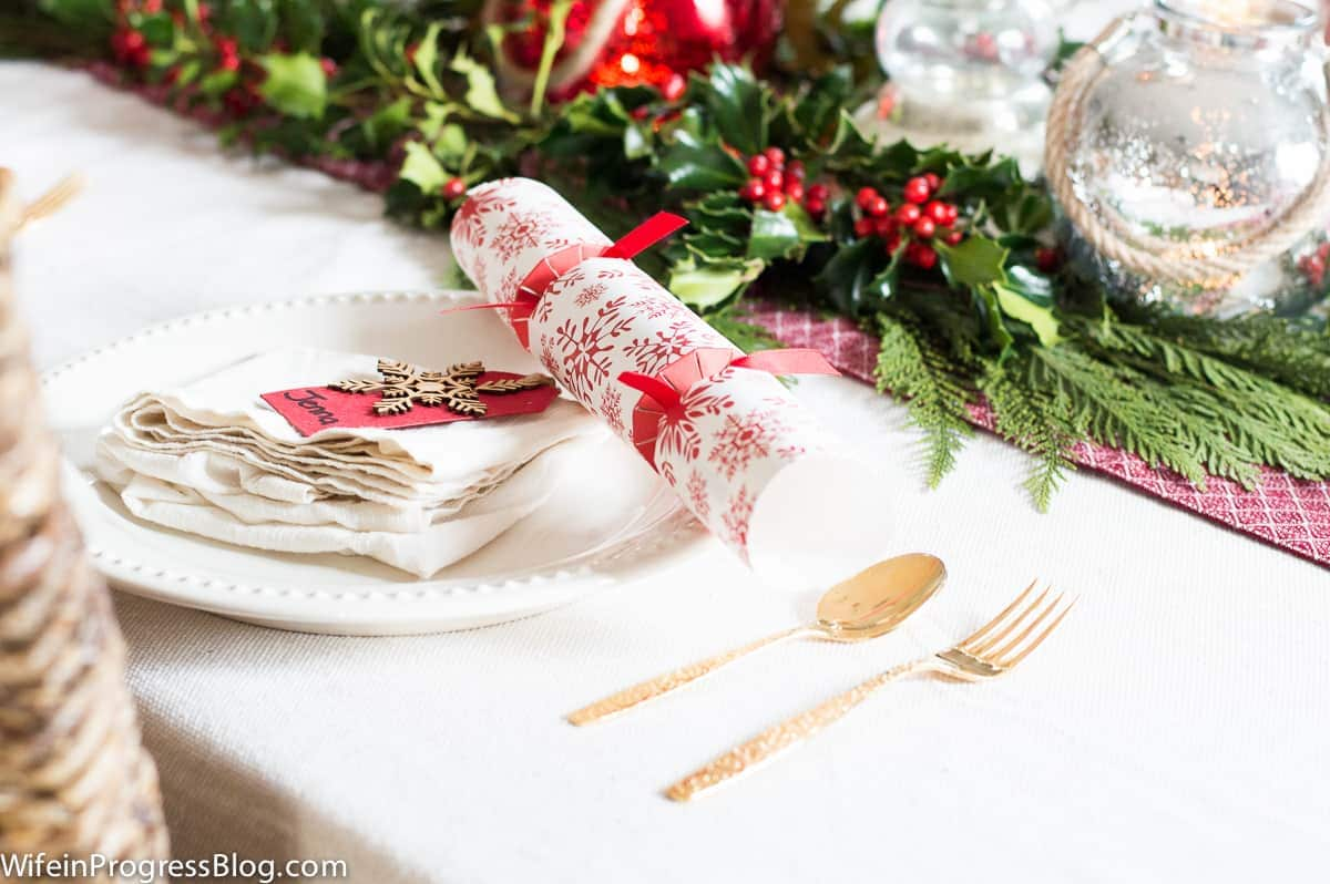 Christmas table decorations: Christmas crackers are a must have!