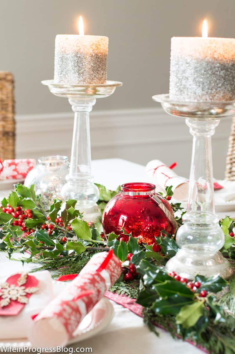 I love these simple and festive Christmas table decorations!