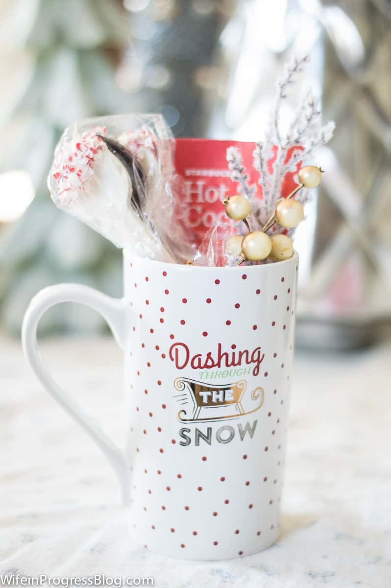 What a cute gift idea! Chocolate spoons dipped in crushed candy canes. Add a packet of hot chocolate and a cute mug and it's an instant holiday gift!