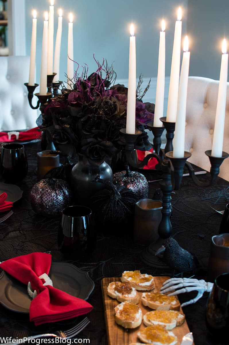 what a stunning Halloween tablescape!