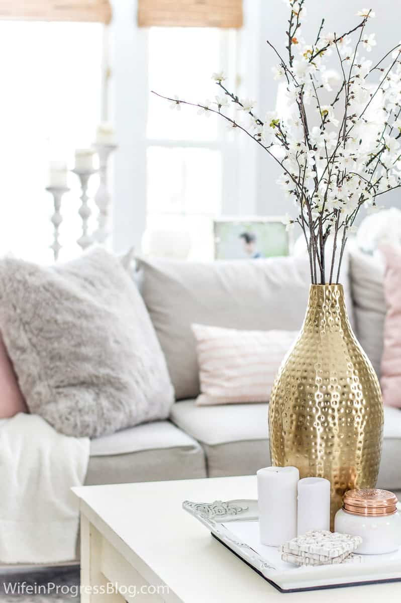 5 tips for decorating your living room in the winter. Make your living room as cozy as this one!