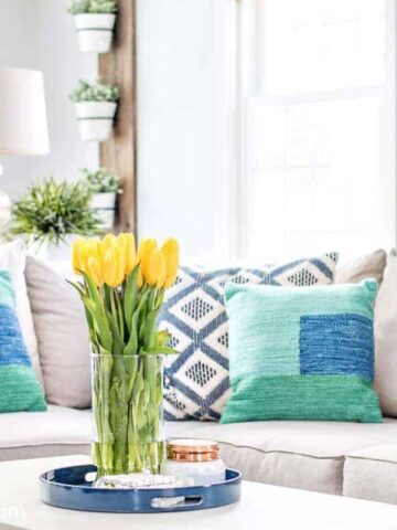 Decorating living room with blue and green for spring. Great ideas and inspiration.