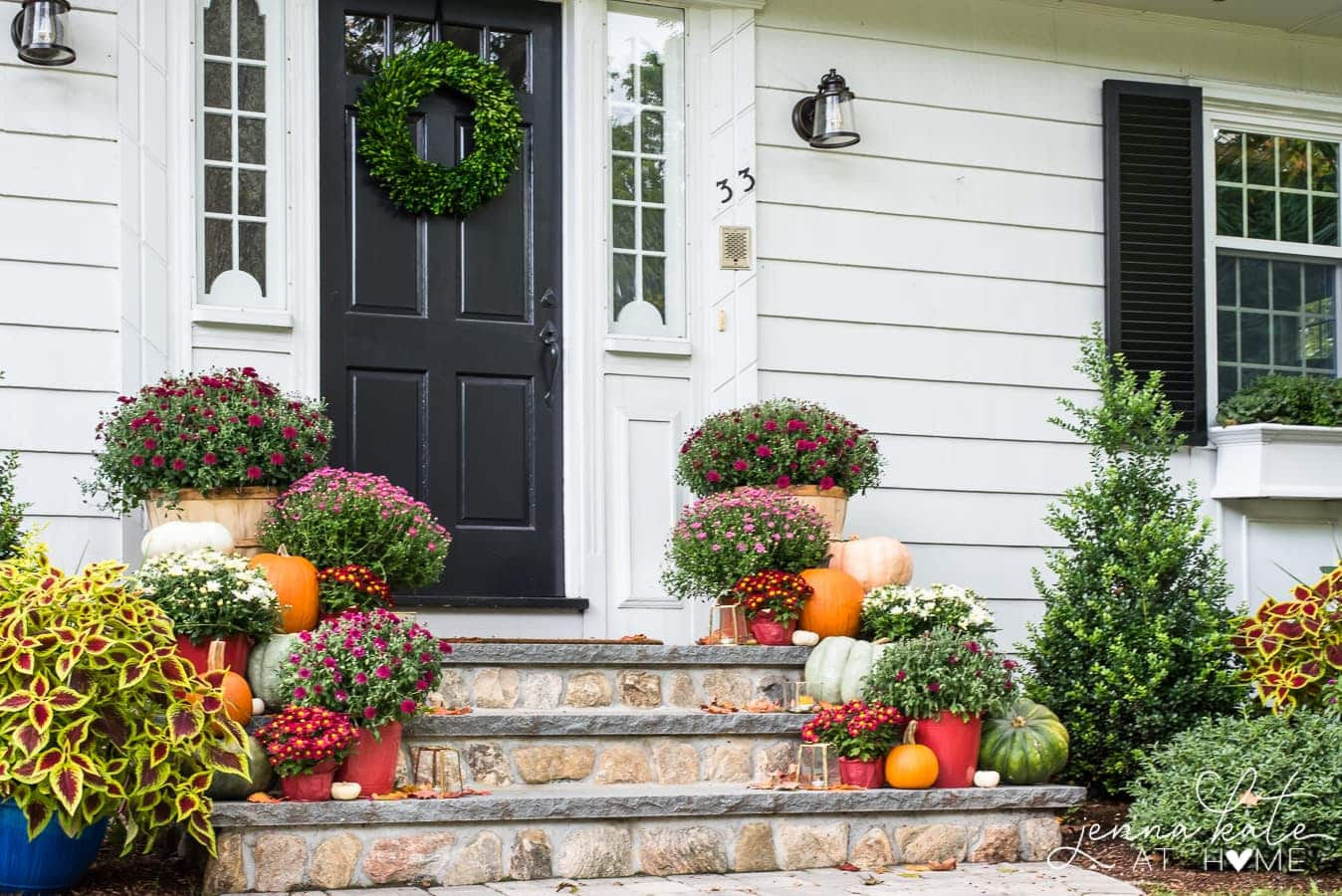 Traditional fall front porch decor that's both cute and simple