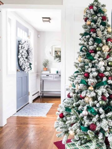 Elegant green & burgundy Christmas decor
