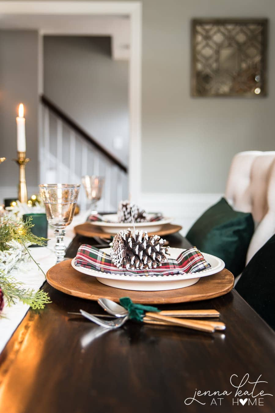 Pictures and ideas for traditional Christmas table setting decor