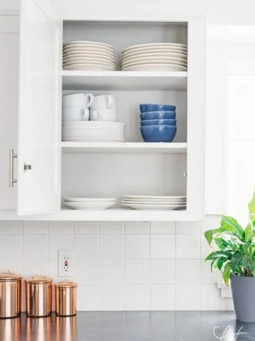 How to arrange dishes in kitchen cabinets
