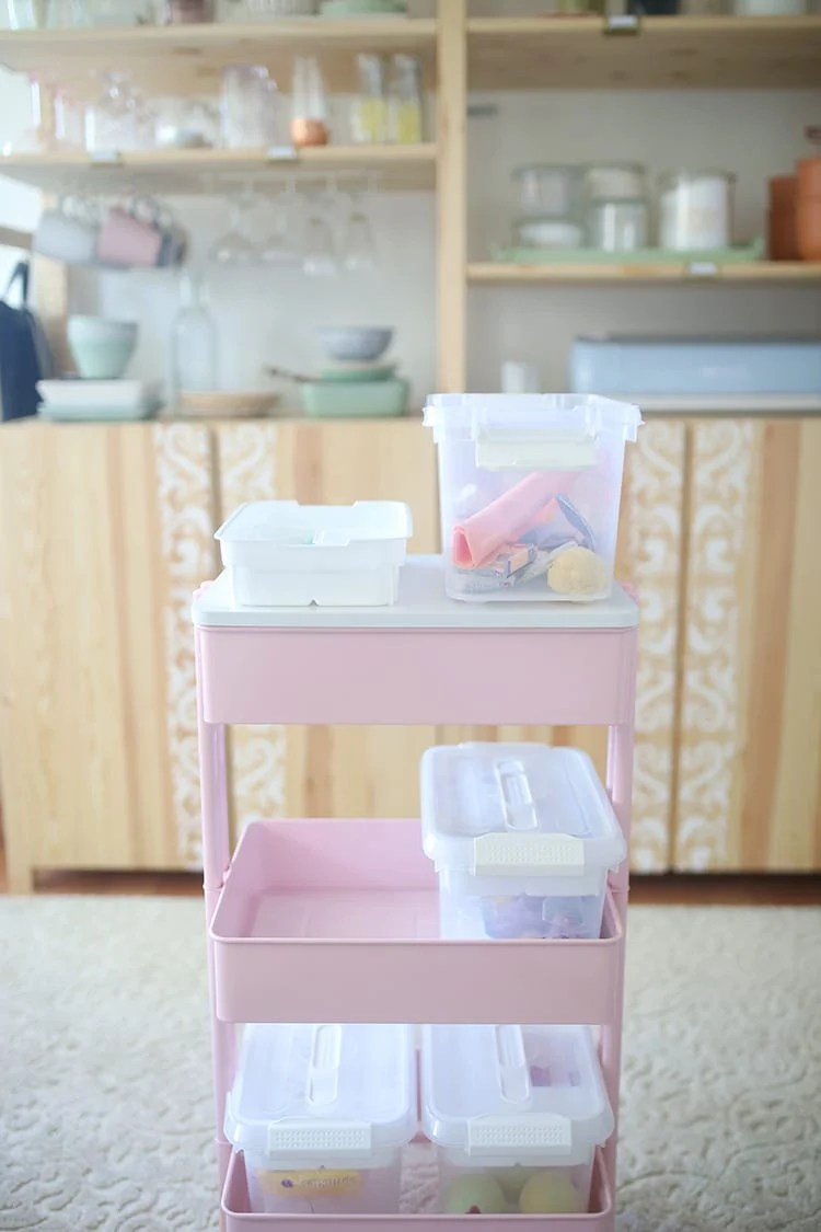 How to organize a small craft room: Organize unfinished projects on a rolling cart