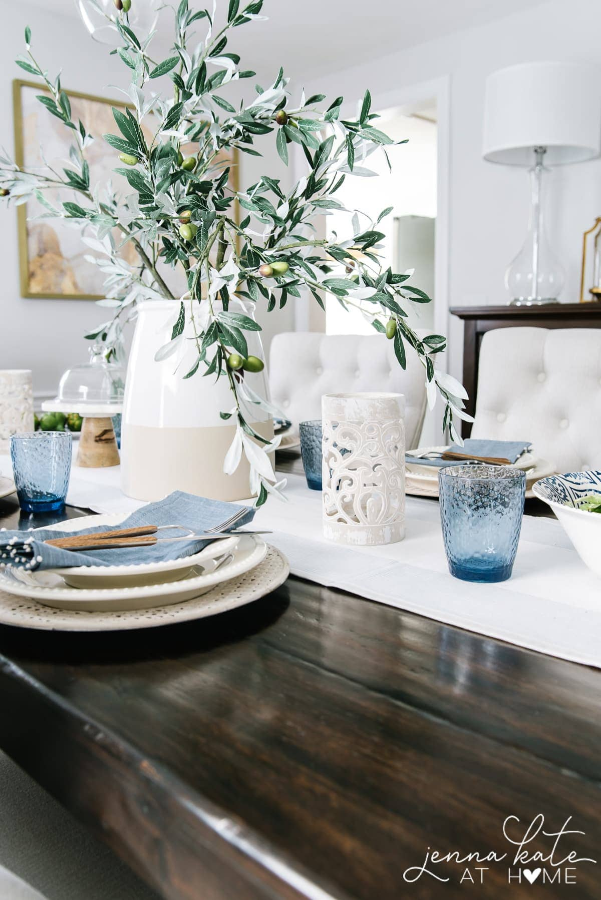 This summer tablescape has splashes of coastal blue from linen napkins and drinking glasses