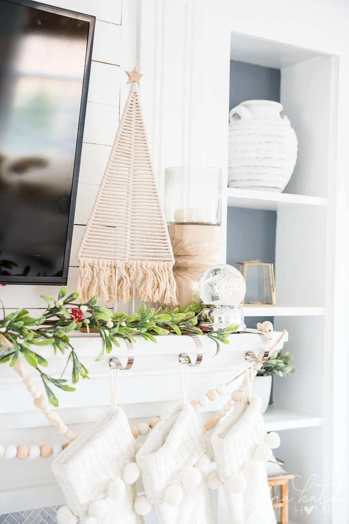 Modern Christmas mantel decor ideas with garland