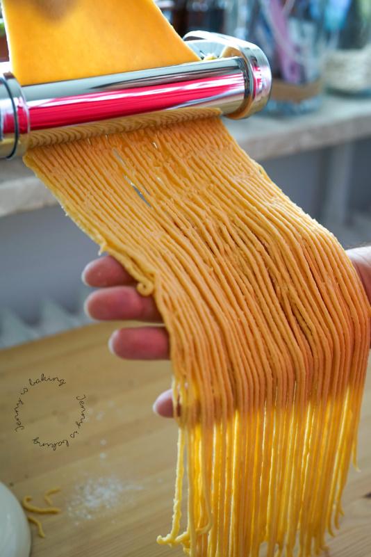 Selbstgemachte Spaghetti al crudo