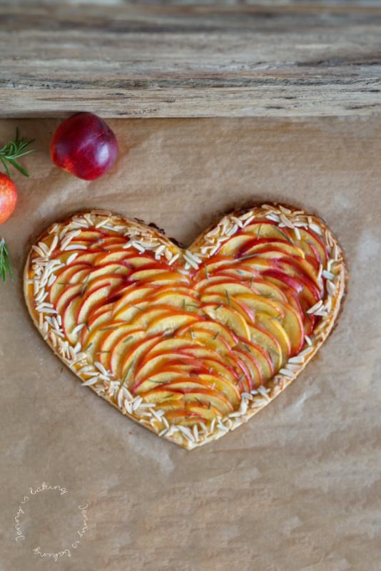 Einfaches Früchte-Herz aus Mürbeteig