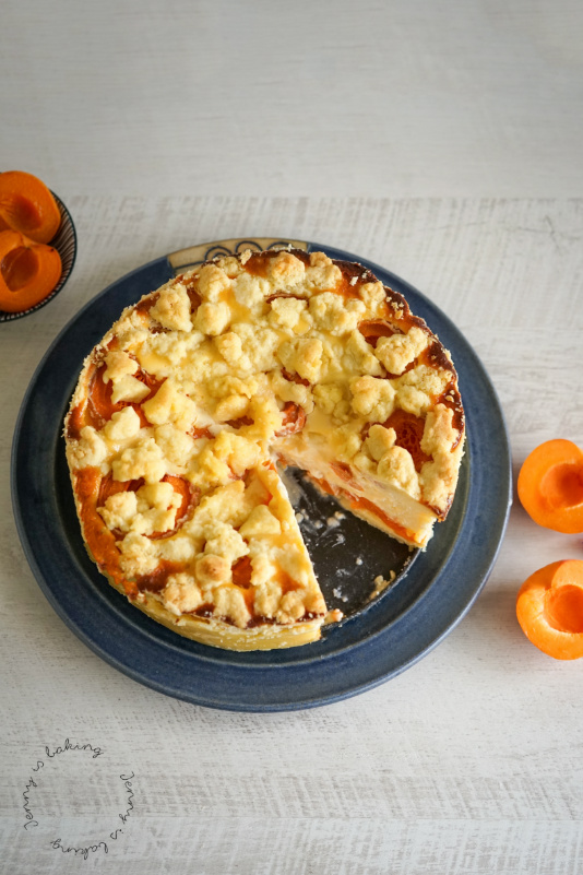 Käsekuchen mit Aprikosen und Streusel
