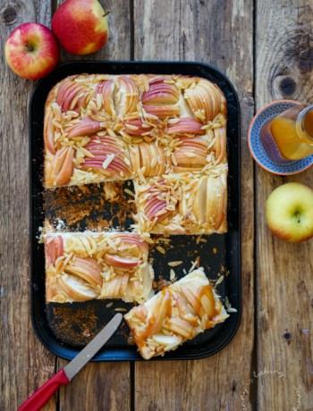 Butterkuchen mit Äpfeln und Karamellsoße