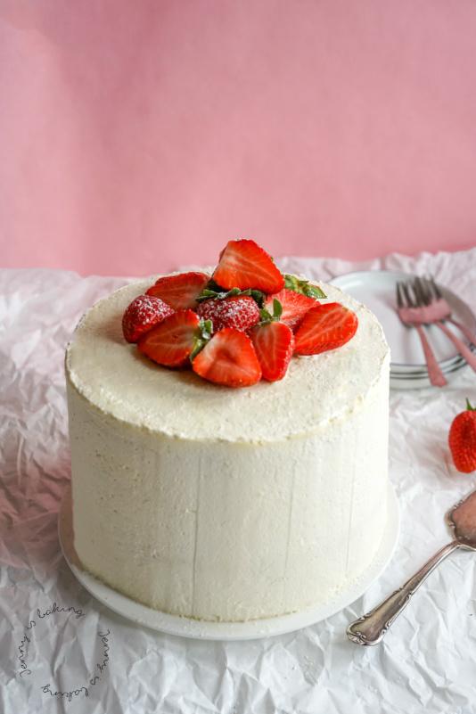 Hohe Erdbeer-Stracciatella-Torte