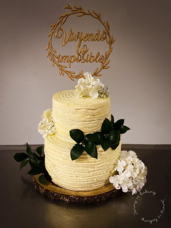 Zweistöckige weiße Hochzeitstorte