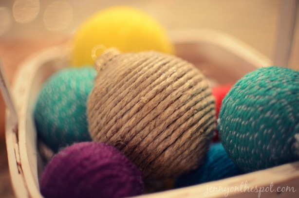 How to make yarn wrapped ornaments via @jennyonthespot