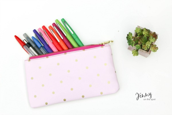 13 College Student Must-Haves - The Dorm Edition - pen and pencil bag via @jennyonthespot