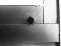 Ce qu'il reste du système d'ouverture, aujourd'hui vétuste, d'une des fenêtres de ma classe.