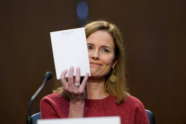 今天巴雷特听证会亮点:空白的笔记本 Amy Coney Barrett's empty notepad got a bit of attention during her lengthy SCOTUS hearing