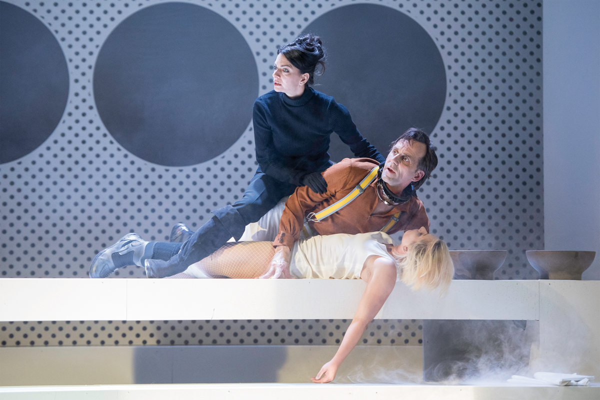 """Tanja Kübler als """"Doktor Mathilde von Zahnd"""", Gerold Ströher als """"Möbius"""" und Josephine Raschke als """"Oberschwester Monika Stettler"""". Foto: Alex Sorokin"""