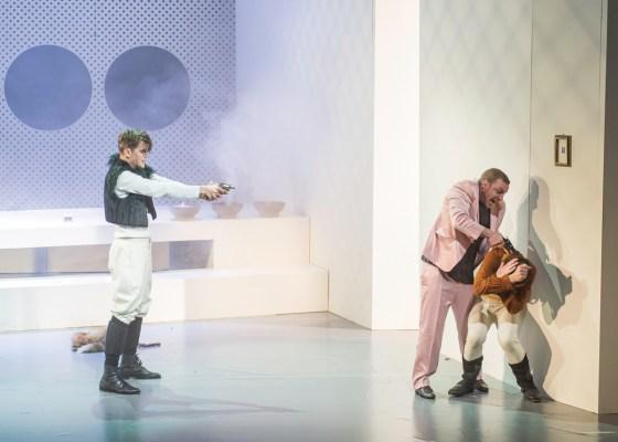 """Gintas Jocius als """"Newton"""", Gerold Ströher als """"Möbius"""" und Felix Meyer als """"Einstein"""". Foto: Alex Sorokin"""
