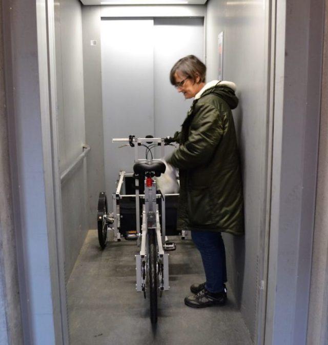 Portas largas facilitam o trânsito dos veículos de duas rodas pelo prédio.