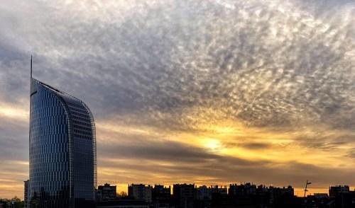 De skyline van luik met een erg mooi witgeel verlichte wolkjes in de ochtend