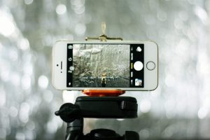 Een iPhone in camera-modus op een statief