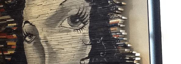 Kunstbibliotheek met boeken die je aankijken