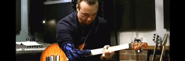Hoe deze gitarist het gemis van zijn rechterhand oplost