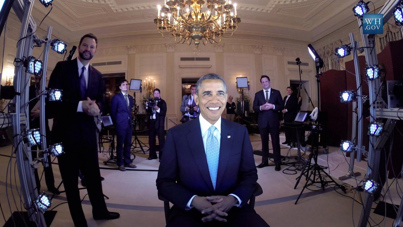 Barack Obama wordt gescand in het Witte Huis.