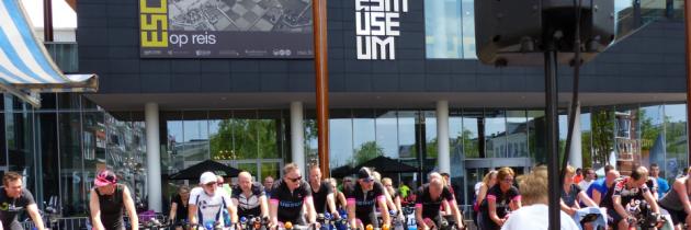 Drieduizend euro bij elkaar fietsen voor KiKa met het Fries Museum als decor!