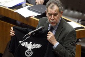 Alexander van der Bellen (Verts) montre le T-shirt