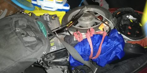 Le vélo électrique du chauffeur Didi plié dans le coffre de la voiture